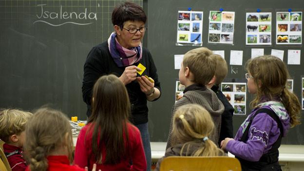 In Zukunft soll der Gemeinderat über ihre Anstellung entscheiden: Lehrerin beim Unterricht