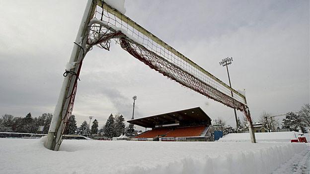 Der Schnee im Stadion Brügglifeld lässt sich nicht so einfach wegschaffen