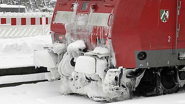 An Zügen festgefrorenes Eis kann sich während der Fahrt lösen und die Züge beschädigen.