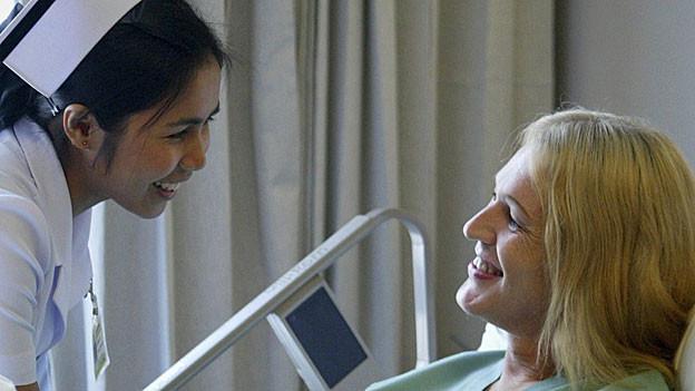 Philippinische Pflegerinnen und Pfleger sollen den Personalmangel in den Spitälern beheben.