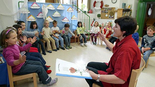 Im Kampf um mehr Lohn sollen sich die Aargauer Kindergärtnerinnen und Primarlehrer jetzt mit Lohnklagen wehren.