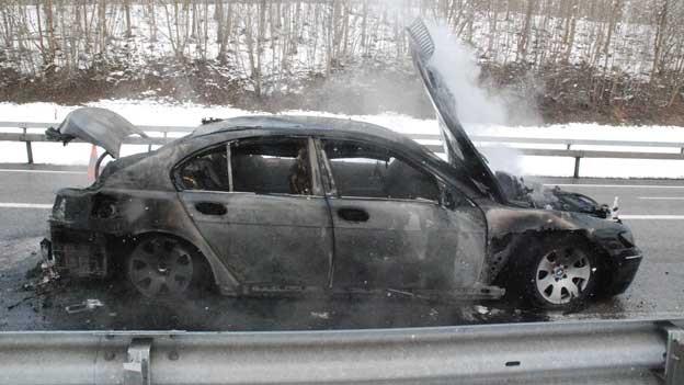 Auf der A5 brannte ein Auto vollständig aus.