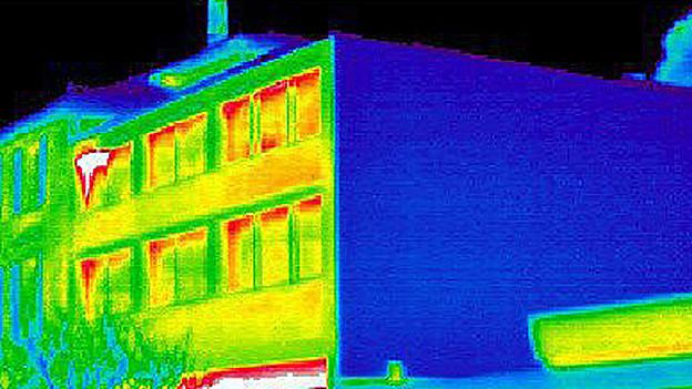 Durch solche Wärmebildaufnahmen zeigt sich, wo Energie verpufft. Der blaue Bereich ist besonders effizient isoliert.
