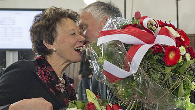 Der wiedergewählte SP-Regierungsrat Peter Gomm gratuliert seiner wiedergewählten FDP-Kollegin Esther Gassler.