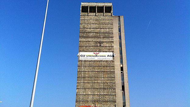 Das Rockwell-Hochhaus in Aarau wird mit rund 75 Kilogramm Sprengstoff gesprengt.
