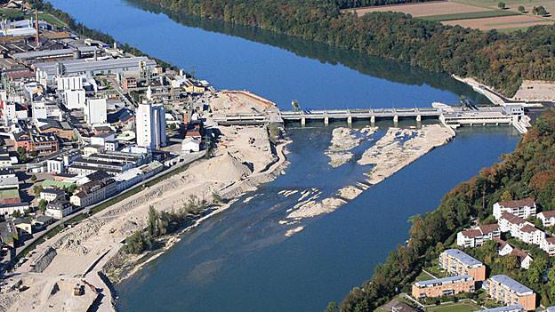 Auch das Kraftwerk Rheinfelden wirkt mit seinem Stauwehr wie eine Barriere im Rhein, Kies kommt hier nicht vorbei.