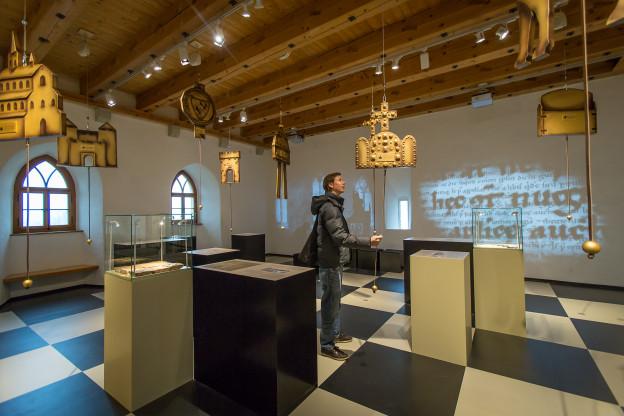 """In der neusten Ausstellung «Rittertum und Adel» zeigt das Museum das Leben von drei Adelsgeschlechter.Ausstellungsraum """"Herrschaft"""" im 2. OG des Südturms"""