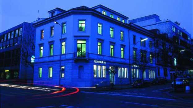 Das AEK Hauptgebäude in Solothurn bei Nacht.
