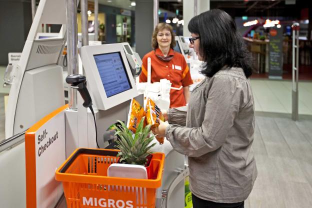 Die Migros modernisiert sich mit Self-Checkout-Stationen.