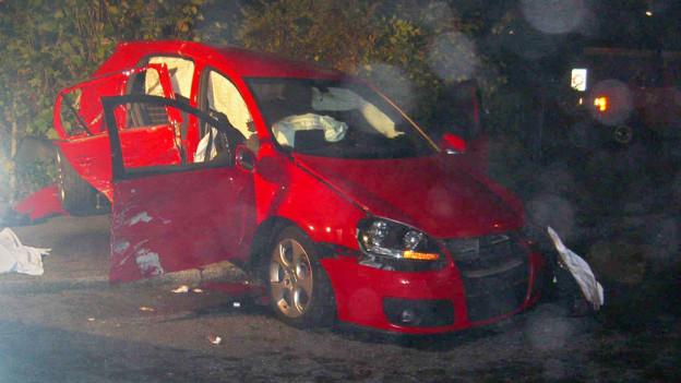 In diesem roten Golf starb eine junge Frau, nachdem der Hauptangeklagte das Auto gerammt hatte.