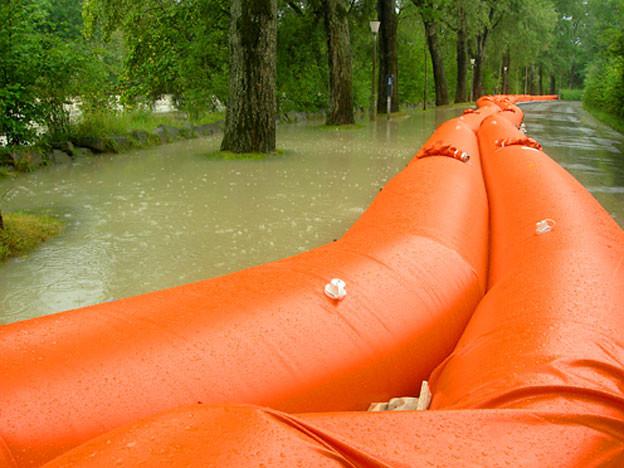 Mit solchen sogenannten «Beaver-Schläuchen» aus Plastick sollen die Wassermassen zurück gehalten werden (Symbolbild).