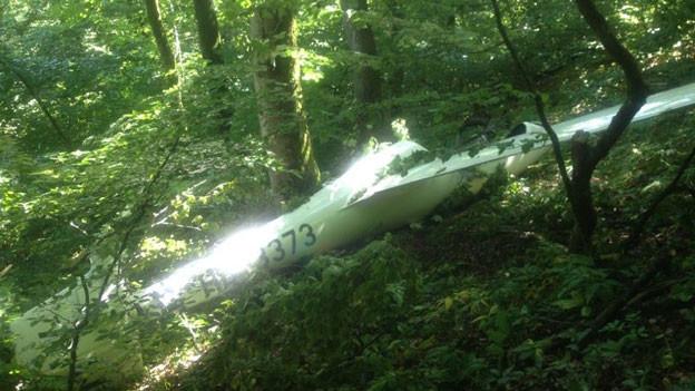 Nach einer grossen Suchaktion fand schliesslich ein Kantonspolizist den Flieger im unwegsamen Gelände.