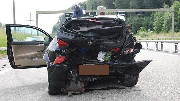 Die beiden Insassen verstarben auf der Unfallstelle. Der Unfallhergang bleibt vorerst unklar.
