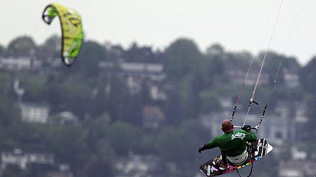 Kitesurfen soll nach dem Willen der Aargauer Regierung auf dem Hallwilersee verboten bleiben.