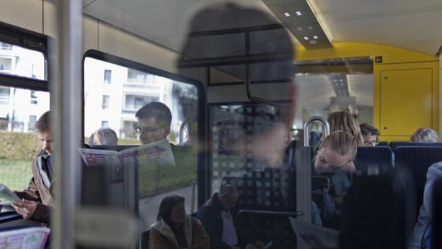Auf der RBS-Linie Solothurn-Bern wird der Viertelstunden-Takt eingeführt. Pendler unterwegs in der RBS.