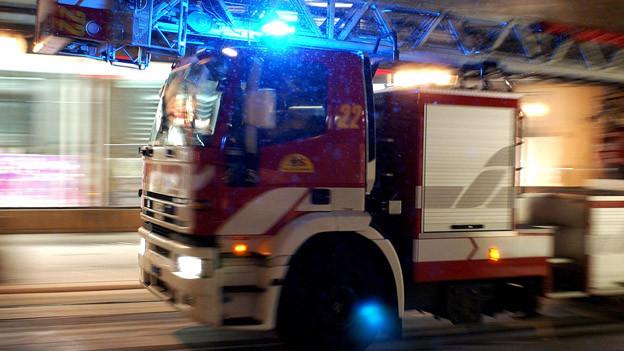 Die Halle brannte beim Eintreffen der Feuerwehr bereits aus dem Dach