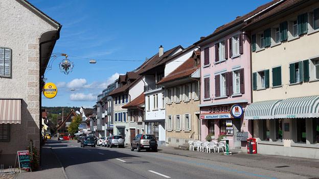 Frick stimmt an der Urne über das neue Gemeindehaus ab. Im Bild die Hauptstrasse durch Frick.