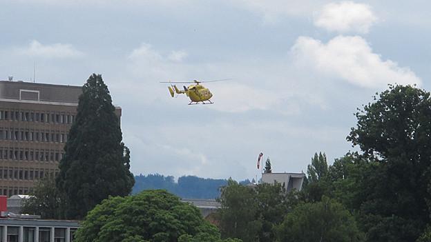 Ein TCS/AAA-Helikopter setzt zur Landung auf das Kantonsspital Aarau an. Ein Bild, an dem der Kanton festhalten will.