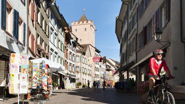 Rheinfelden hat im ersten Anlauf einen vollständigen Stadtrat gewählt. Auf dem Bild die Marktgasse mit dem Rathausturm.