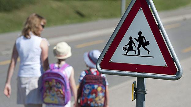 Einige Kinder werden noch von den Eltern begleitet. Die meisten sind aber alleine unterwegs.