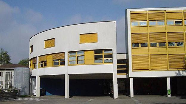 Das heutige Realschulhaus Zehntenhof in Wettingen soll abgerissen und als Mittelstufenzentrum neu gebaut werden.