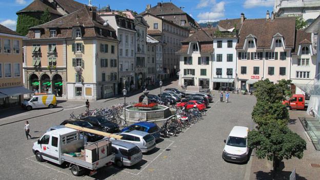 Der Klosterplatz in Solothurn bleibt auch ein Parkplatz: Eine SP-Motion scheitert im Gemeinderat.