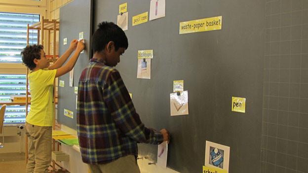 Die 5. Klässler der Lehrerin Monika Häfeli in Breitenbach müssen Bilder den englischen Wörtern zuordnen.