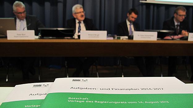Der Aargauer Finanzdirektor Roland Brogli schlägt ein grosses Sparpaket vor, damit das Budget ausgeglichen bleibt.