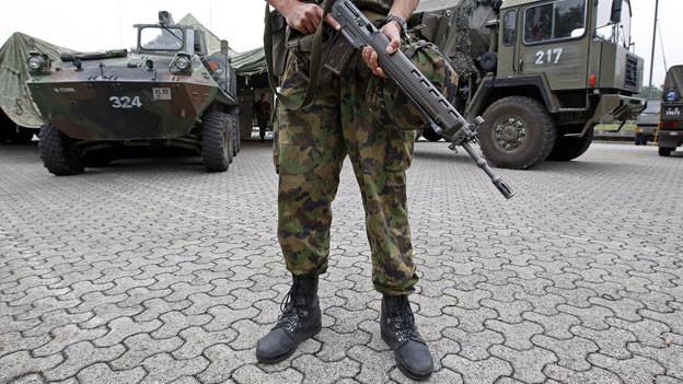 Ein Soldat bewacht den Waffenplatz in Bremgarten: Die Armee-Infrastruktur bringt dem Aargau jährlich Millionen.
