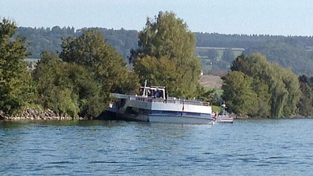 Die MS Rousseau ist auf der Aare bei Altreu am Ufer auf Grund gelaufen.