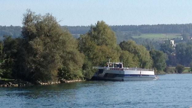 Am Dienstag lief die MS Rousseau auf der Aare bei Leuzigen auf Grund. Die Ursache ist noch nicht bekannt.