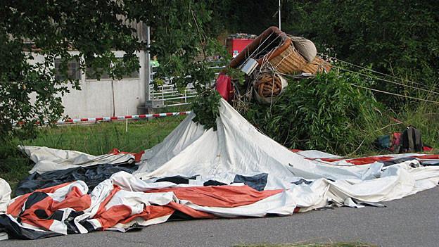Die Retter waren schnell am Absturzort. Doch eine Person verstarb noch auf der Unfallstelle.