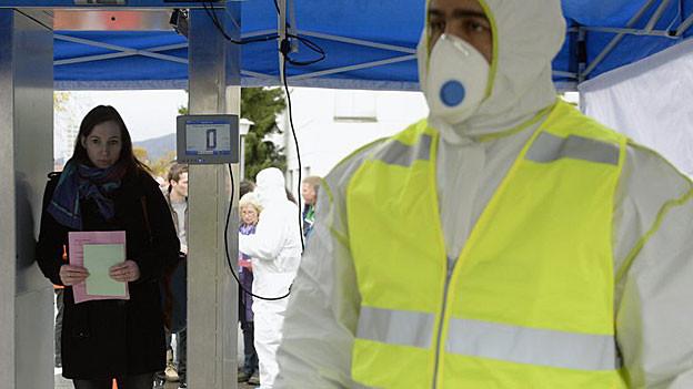 Spezialisten untersuchen «Zivilisten» auf Radioaktivität.