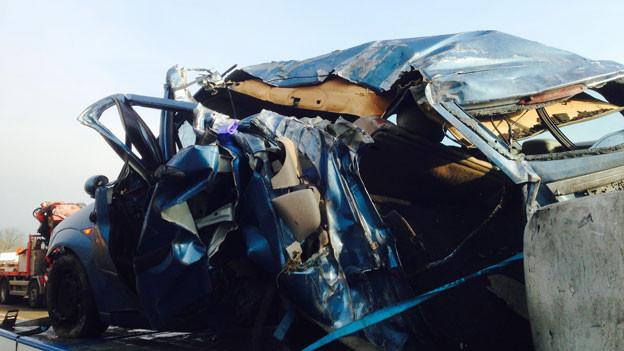 Der Lenker des Autos wurde mit schweren Verletzungen in ein Spital geflogen. Der Lastwagenfahrer blieb unverletzt.