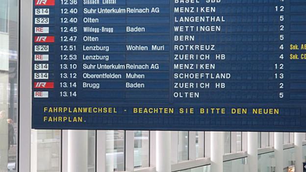 Die Fahrplan-Tafel im Bahnhof Aarau zeigt seit Sonntag zum Teil neue Züge und Abfahrzeiten.