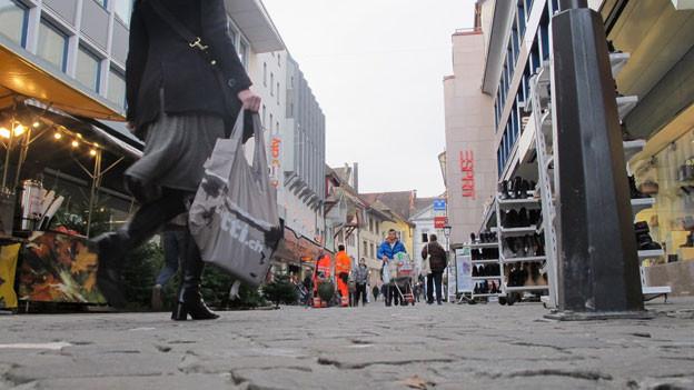 Letzte Einkäufe am Dienstagvormittag vor Heilig Abend: Auf der Aarauer Igelweid wird noch fleissig eingekauft.