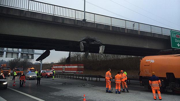 Die Autobahnüberführung wurde durch den Unfall stark beschädigt. Nun muss die Statik überprüft werden.