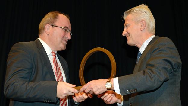 Thomas Schädler von der Geschäftsleitung (links) erhält von Jurymitglied Edgar Flury den Unternehmerpreis 2014.