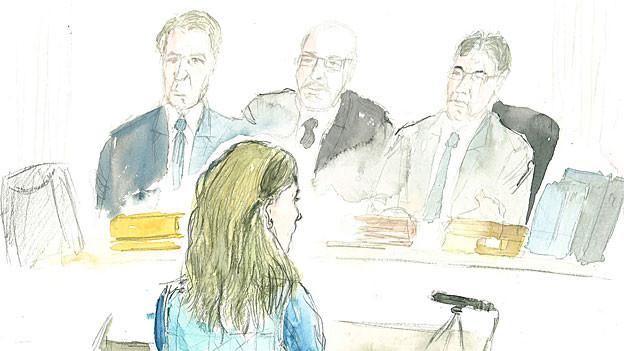 Die drei Oberrichter befragen die 51-jährige Frau, die als Chefin des Mordtrios gilt.
