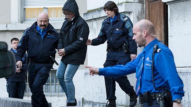 Die angeklagte Frau wurde nach dem Prozess in Handschellen abgeführt.