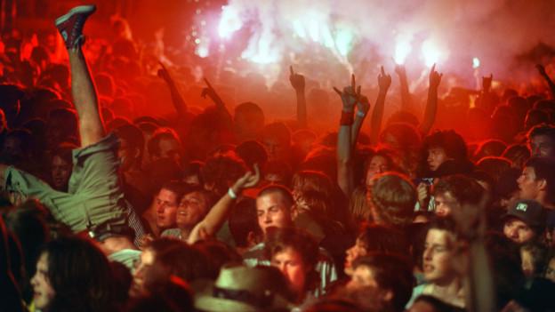 Der Sprung ins Publikum ist bei vielen Konzerten beliebt. Die Kulturlokale diskutieren nun ein Verbot oder Warnhinweise.
