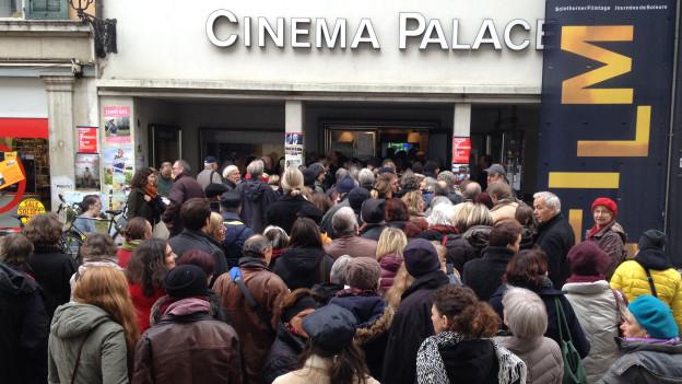 Lange Schlangen - im Bild das Kino Palace eine halbe Stunde vor Beginn des Filmes «Zum Beispiel Suberg».