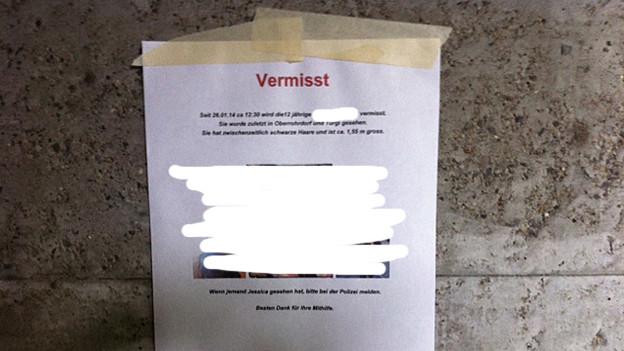 Mit diesen Plakaten wollen Unbekannte auf der Suche nach einem Mädchen helfen. Das Mädchen wird aber gar nicht vermisst.