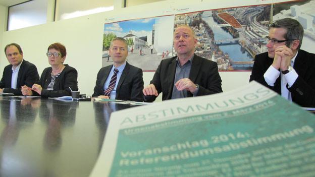 Der Stadtrat Olten präsentiert die Abstimmungsvorlage.