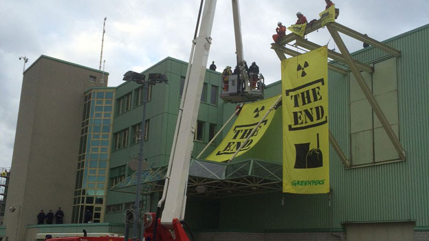 Greenpeace Aktivisten werden mit einem Kran geborgen
