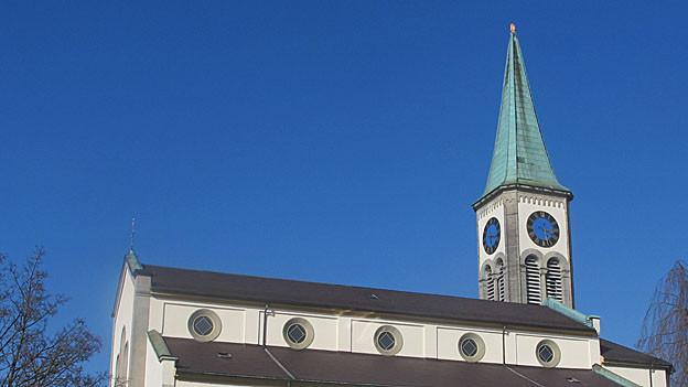 Die reformierte Kirche in Oberentfelden ist mit einer Blache abgedeckt: Der Spitz mit Wetterhahn und Kugel fehlt noch immer.