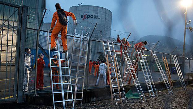 Mit Leitern überwanden die Aktivisten von Greenpeace den Zaun und drangen auf das Gelände des AKW Beznau vor.