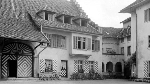 Schwarzweiss-Foto von der historischen Schlossscheune.