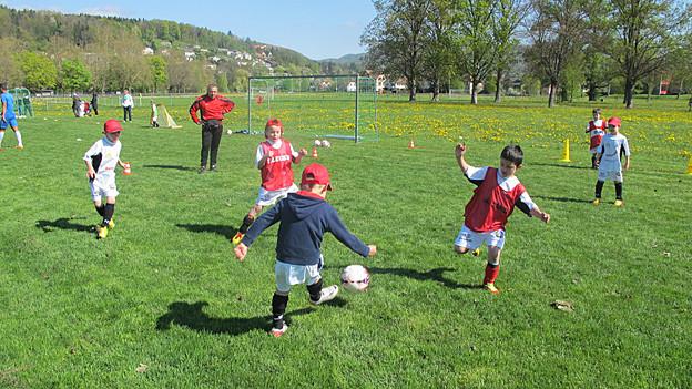 Kinder spieleln Fussball