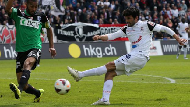 Der FC Aarau besiegt Lausanne auf dem Brügglifeld und sichert damit den Ligaerhalt.